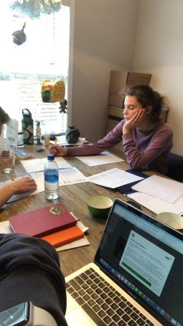 Huiswerk aan de keukentafel pubers en hun motivatieproblemen